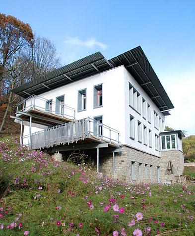 منزل معاصر مبني بالطين